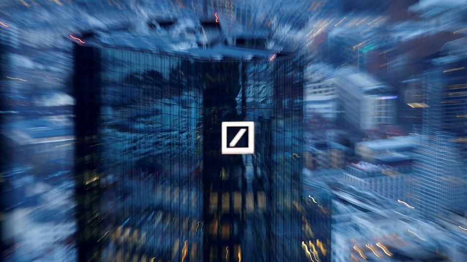 Deutsche Bank in Frankfurt: Das kriselnde Institut will seinen Kunden womöglich negative Zinsen berechnen.