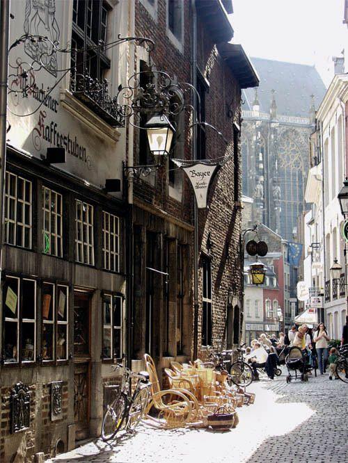 Lecker Leben lässt es sich in der mittelalterlichen Körbergasse im Domviertel - Eckkneipe Domkeller und Café Van den Daele inbegriffen