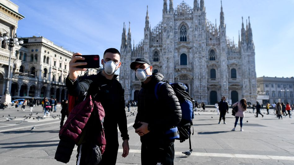Kursrutsch im Dax: Der Ausbruch des Coronavirus in Italien (hier Touristen in Mailand) schockt die Märkte