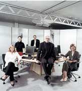 Motivierer: Das firmeninterne Netz von IBM ist technisch besonders raffiniert: Über das Internet können Videos auf den Mitarbeiter-Bildschirmen abgespielt werden. Thomas Mickeleit (vorn) und seine Kollegen stellen regelmäßig ein zwölfminütiges TV-Magazin online. Es liefert Hintergründe zur Geschäftspolitik des IT-Hauses und soll das Management motivieren.