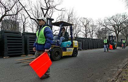 Logistische Meisterleistung: 15.000 Stahlfundamente müssen mit Gabelstaplern im Central Park verteilt werden.