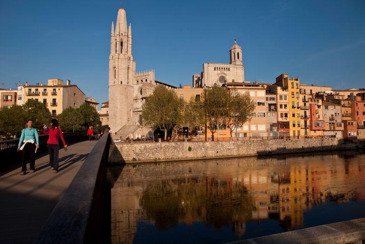 Girona: Enge Gasse und bunt getünchte Häuser laden zum ausgelassenen Bummel durch die Provinzstadt ein.