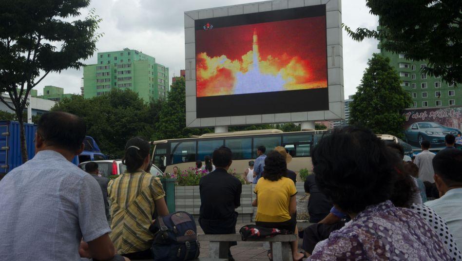 Nordkorea: Bürger betrachten in Pyongyang den Raketentest. US-Präsident Trump reagierte auf den Test mit scharfen Worten