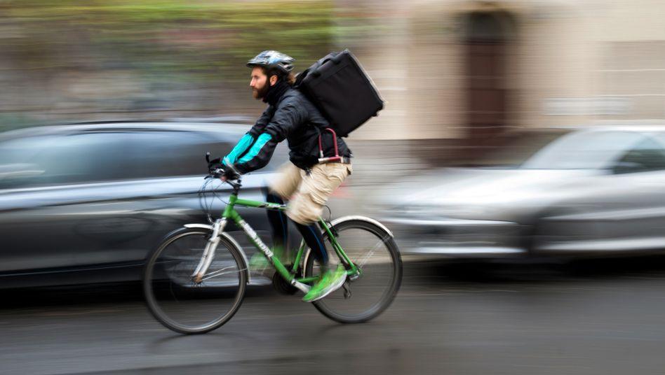 Ein Fahrradkurier des Lieferdienstes Deliveroo