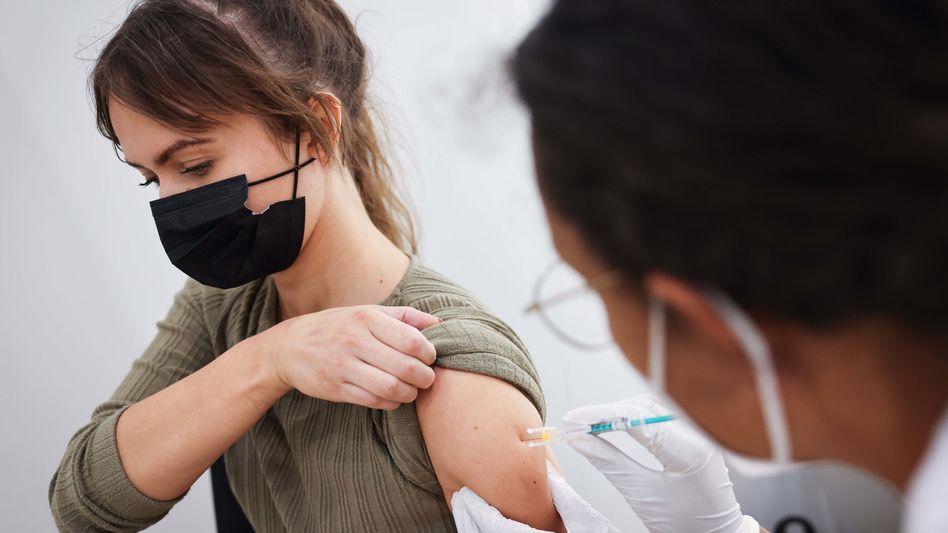 Wirtschaftsfaktor: Impfung mit dem Biontech-Mittel im Hamburger Impfzentrum am Dienstag