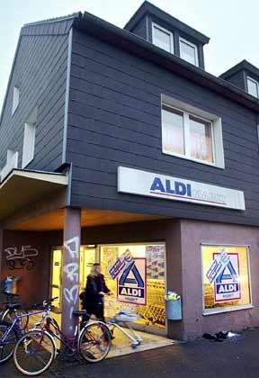 Die Aldi-Filialen sind einfach, ja spartanisch ausgestattet. Aldi glänzte schon immer durch Bescheidenheit, und diese Haltung passt zu dem wichtigsten Unternehmensteil, den Läden.