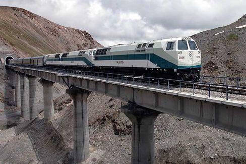 """Premiere: Der Zug """"Qing 1"""" fährt erstmals auf der Strecke nach Lhasa"""