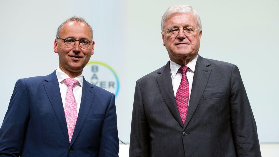 Bayer-Chef Werner Baumann und Aufsichtsratschef Werner Wenning (rechts): Da müssen die beiden jetzt gemeinsam durch