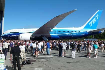 Bleibt länger am Boden: Wegen Problemen mit Zulieferern müssen die Boeing-Kunden auf den Dreamliner weiter warten