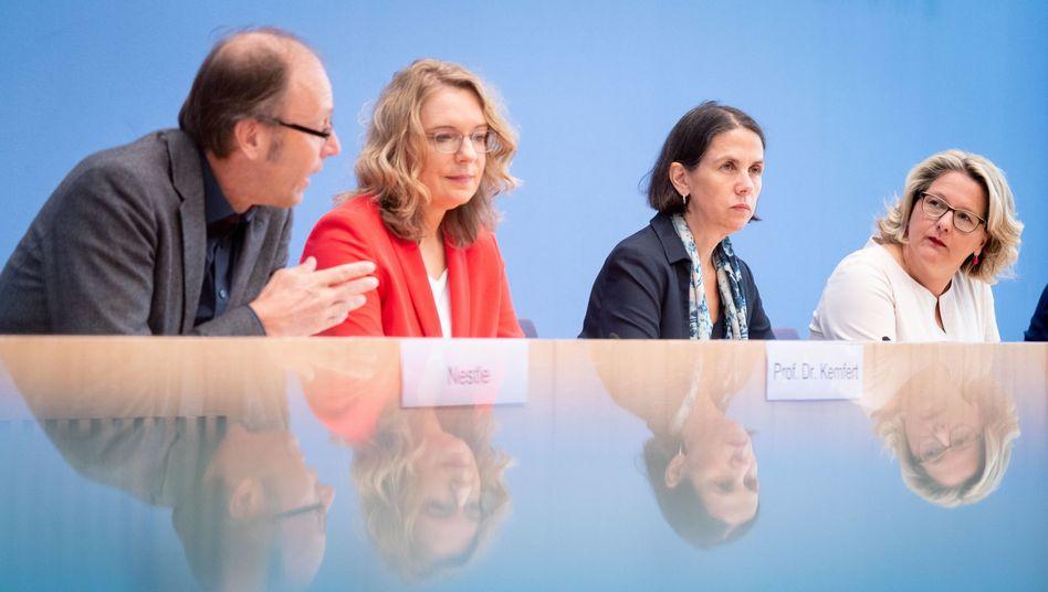 Gutachter Uwe Nestle (Forum Ökologisch-Soziale Marktwirtschaft), Claudia Kemfert (Deutsches Institut für Wirtschaftsforschung) und Katja Rietzler (Institut für Makroökonomie und Konjunkturforschung) mit Bundesumweltministerin Svenja Schulze (v.l.)