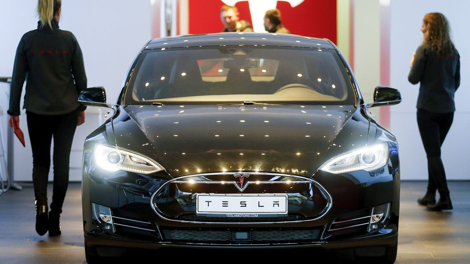 Tesla-Verkaufsraum in Berlin: Der Elektroauto-Bauer ist unter Druck geraten. Analysten beeilen sich, ihre Kursziele nachzujustieren