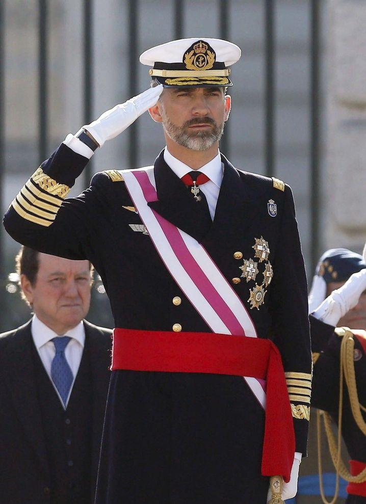 Bart und Uniform sitzen: Der spanische König Felipe VI. bei einer offiziellen Militärzeremonie