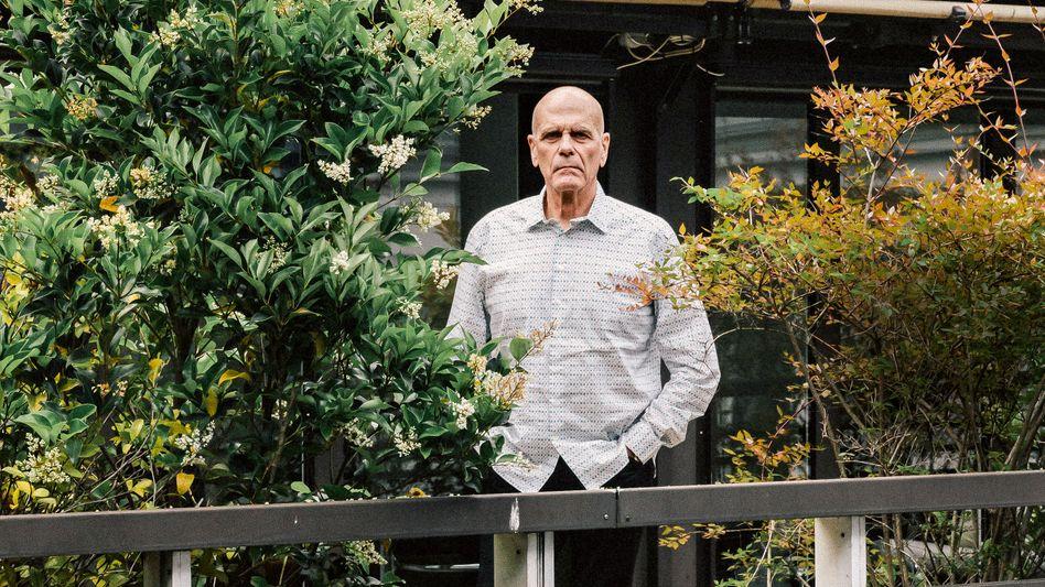 Peter allein zu Haus: Peter Harf hat spektakuläre Investorengeschichte geschrieben. Jetzt deutet sich an, dass er auch das Zeug zum tragischen Helden hat.