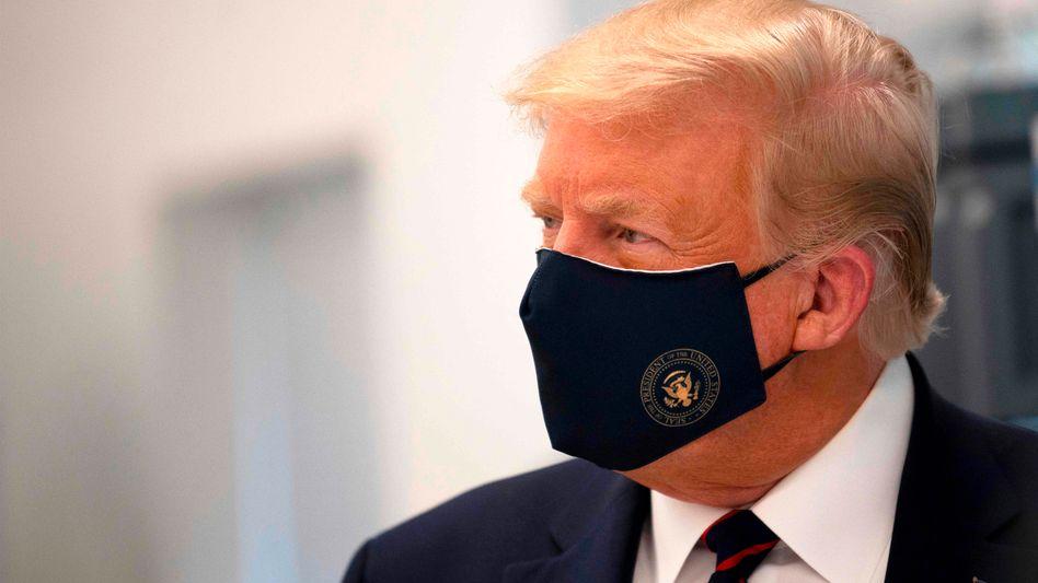 """""""Schnell 100 Millionen Dosen produzieren"""": Donald Trump mit Maske"""