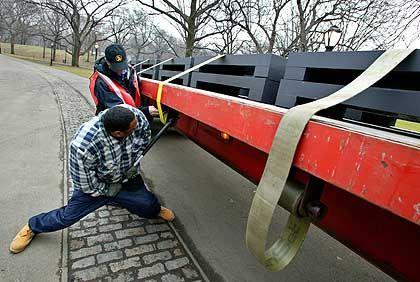 Ein Projekt von Gewicht: Entladen der tonnenschweren Stahlfundamente.