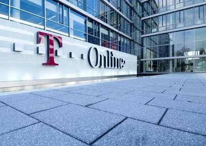 """Familienstreit: Die Telekom und ihre Töchter Europas größte Telefongesellschaft gehört zu den erklärten Lieblingsgegnern der SdK. Dieses Jahr sicherte sich der Bonner Konzern die Aufmerksamkeit der Anlegerschützer mit seinem Versuch, die ehemalige Konzerntochter T-Online wieder in das Unternehmen einzugliedern. Dabei hatte die Deutsche Telekom ihre Internettochter T-Online erst im Jahr 2000 an die Börse gebracht. 27 Euro mussten die Anleger damals pro Aktie bezahlen. Vier Jahre später beschloss der Mutterkonzern, seine Onlinetochter wieder zurück ins Haus zu holen und T-Online von der Börse zu nehmen. Die Aktienkurse waren in der Zwischenzeit dramatisch gefallen. Der Telefonriese bot den T-Online-Aktionären, die 26 Prozent des Unternehmens hielten, daher 8,99 Euro je Anteil - gerade noch ein Drittel des Emissionspreises. Einkaufstour. """"Der Versuch, die Onlinesparte nach dem teuren Börsengang auf Rekordkursniveau jetzt wieder zum Schnäppchenpreis zurückzukaufen, war offensichtlich"""", wettert die SdK deshalb gegen das Telekom-Angebot. Von der Welle der Empörung bei Anlegern und Aktionärsschützern, aber auch in der Politik, zeigte sich der Konzern freilich unbeeindruckt. Auch dass T-Online selbst das Angebot als zu niedrig bewertete und sich weigerte, seinen Aktionären die Annahme zu empfehlen, bremste den Mutterkonzern nicht. Denn, so die offizielle Begründung für eine Reintegration, eigenständig sei T-Online """"nicht mehr wettbewerbsfähig"""". Verschmelzung. Weil viele Anleger diese Einschätzung nicht teilten, gelang es der Telekom nicht, die für ein Squeeze-out nötige Mehrheit von 95 Prozent der Anteile zu erreichen. Stattdessen strengte der Konzern eine Zwangsverschmelzung an, für die nur 75 Prozent Stimmenanteil nötig sind. Ein von der Hauptversammlung beschlossener Verschmelzungsbeschluss legte ein Umtauschverhältnis von 0,52 Telekom-Aktien pro T-Online-Aktie fest, mit denen die verbliebenen Aktionäre der Onlinetochter abgefunden werden sollten. Gegenwert: Rund 8 Euro """