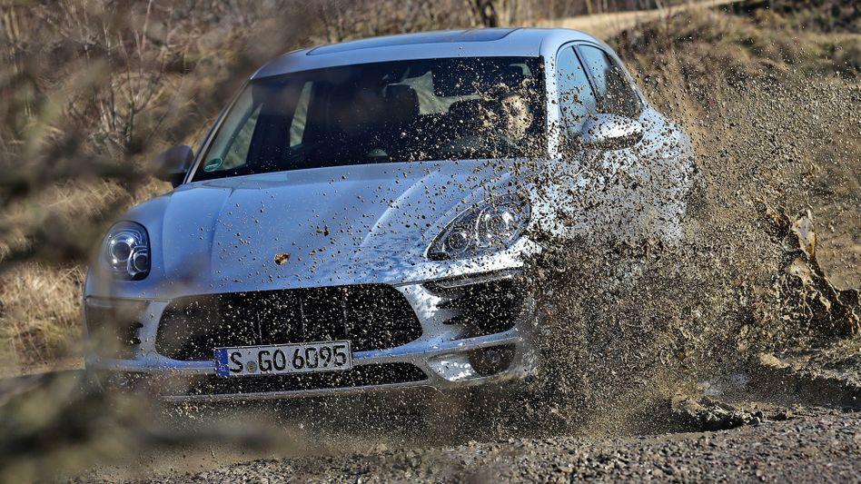 Porsche Macan im Gelände: Der Sportwagenbauer aus Stuttgart hat erneut Probleme wegen möglicher Abgasmanipulationen.