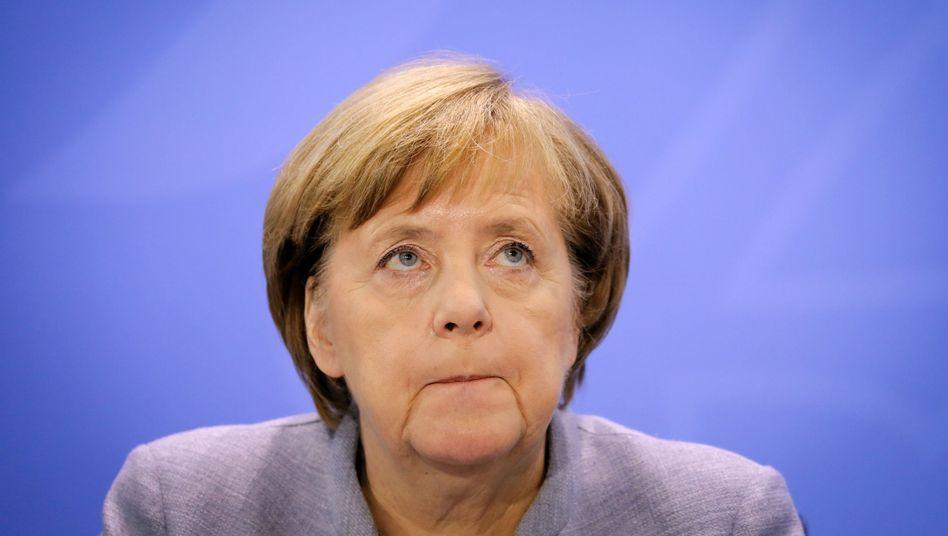 Angela Merkel gibt ihrem Parteikollegen, Hessens Ministerpräsident Volker Bouffier, kurz vor der Hessenwahl ein wenig Schützenhilfe - und kündigt neue Gesetze an, die ein Fahrverbot in der Metropole Frankfurt verhindern können