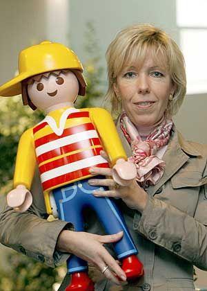 Flotte Figuren Jenseits der Moden: Geschäftsführerin Andrea Schauer ist sich sicher, dass Traditionsspielzeug wie das von Playmobil zu den Gewinnern der Krise zählt. +5% Umsatzprognose Playmobil Deutschland 2009 gegenüber Vorjahr