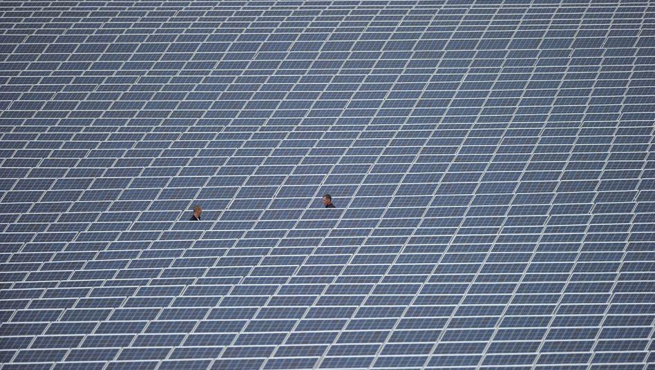 Viele zahlen, wenige profitieren - das Erneuerbare-Energien-Gesetz (EEG) hat ein riesiges Umverteilungssystem geschaffen. Noch wird es durch politische Kniffe aufrechterhalten.
