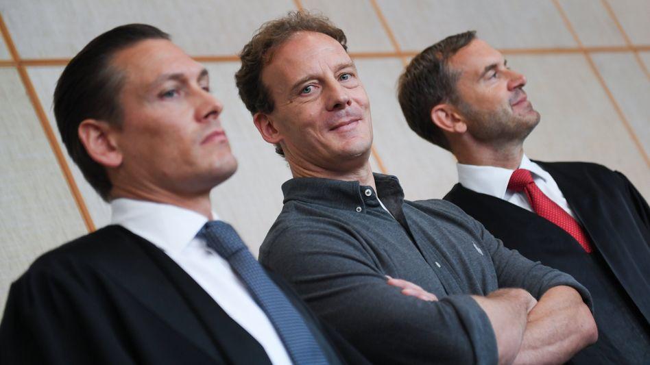 """Alexander Falk (Mitte, umringt von seinen Anwälten): """"Ich sitze seit knapp einem Jahr unschuldig im Gefängnis"""""""