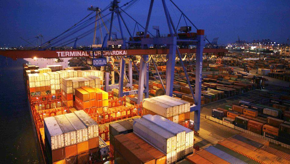 """Terminal Burchardkai Hamburg: Die Boomregionen für den deutschen Export waren in diesem Jahr China, Südostasien, Brasilien und die arabische Halbinsel. Hauptabnehmer der Produkte """"Made in Germany"""" bleiben aber weiter die Länder der Europäischen Union."""
