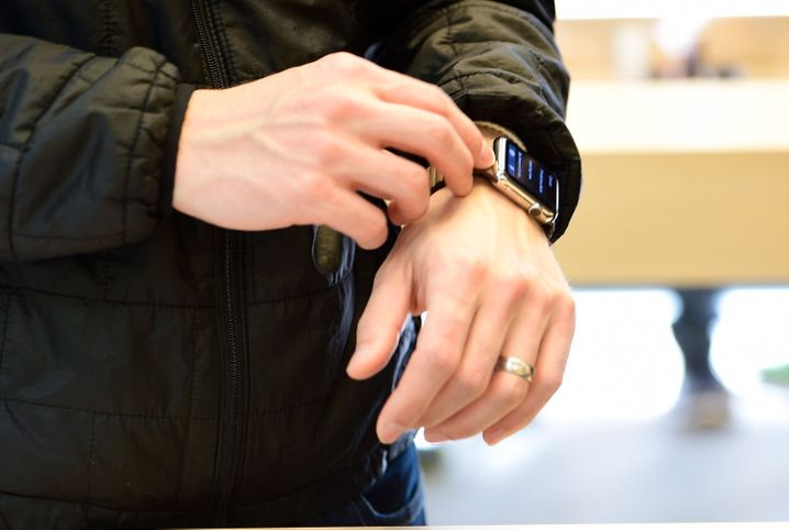 epa04719388 A customer tries on an Apple Watch at the Apple Store in San Francisco, California, USA, 24 April 2015. The Apple Watch made its official release today, but only by online purchase. The Watches shown were for display and presentations only. EPA/JOHN G. MABANGLO +++(c) dpa - Bildfunk+++