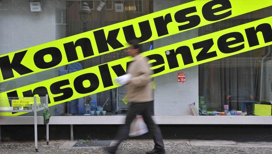 Pleiten in Deutschland: Die Zahl der Firmeninsolvenzen verringert sich im Aufschwungjahr 2010 spürbar, die der Privatinsolvenzen dagegen steuert auf ein trauriges Rekordhoch zu.