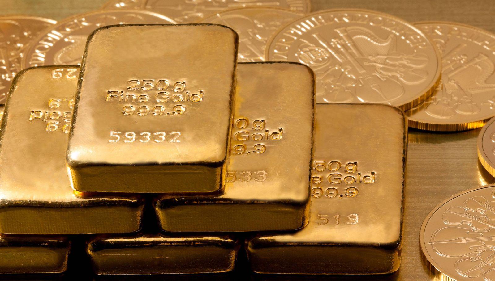 Geldanlage in echtem Gold als Goldbarren und Goldmünzen BLWX017794 Copyright: xblickwinkel/McPhotox/ErwinxWodickax