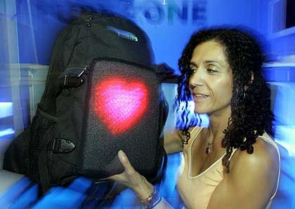 """Philips-Rucksack mit """"Photonic Textiles"""": Winzige, in den Stoff integrierte LEDs generieren Symbole oder Laufschriften"""