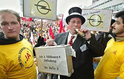 Fokus auf Reizthemen: Managergehälter, hier thematisiert bei einer Demonstration von Opel-Mitarbeitern