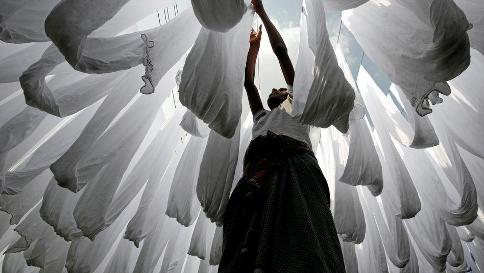 Fabrikarbeiterin in Bangladesch: Milliardenschwere Aufträge wurden von Textilunternehmen storniert