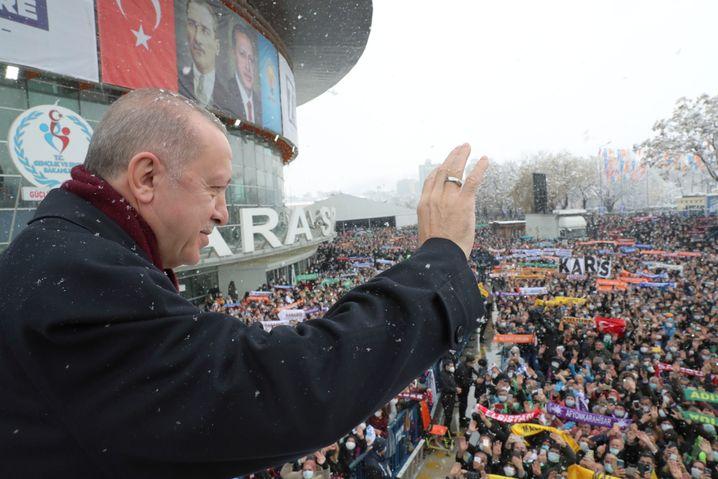"""""""Von diesen, meinen Bürgern möchte ich ..."""": Der türkische Präsident Recep Tayyip Erdoğan grüßt am 24. März vor Beginn des AK-Parteikongresses seine Anhänger"""