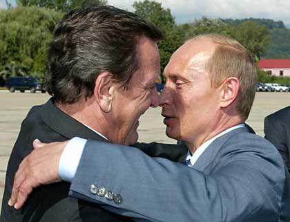 Was in der Politik gilt, gilt in der Wirtschaft noch lange nicht: Vertrauensbekundung zwischen Gerhard Schröder und Wladimir Putin, nicht schriftlich fixiert