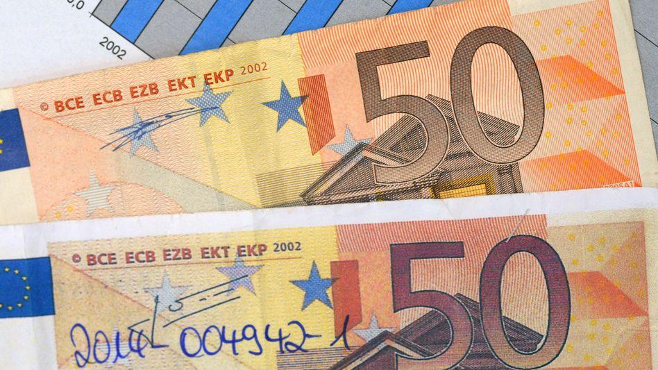 Finde den Fehler: Oben eine echte, unten eine gefälschte 50-Euro-Banknote