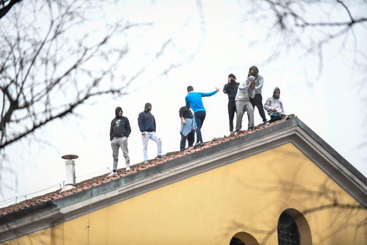 Mailand: Gefängnisinsassen stehen auf einem Dach. Die Insassen des San-Vittore-Gefängnis rebellieren dagegen, dass der Kontakt zu Angehörigen eingeschränkt wird, um die Ausbreitung des Coronavirus zu verhindern