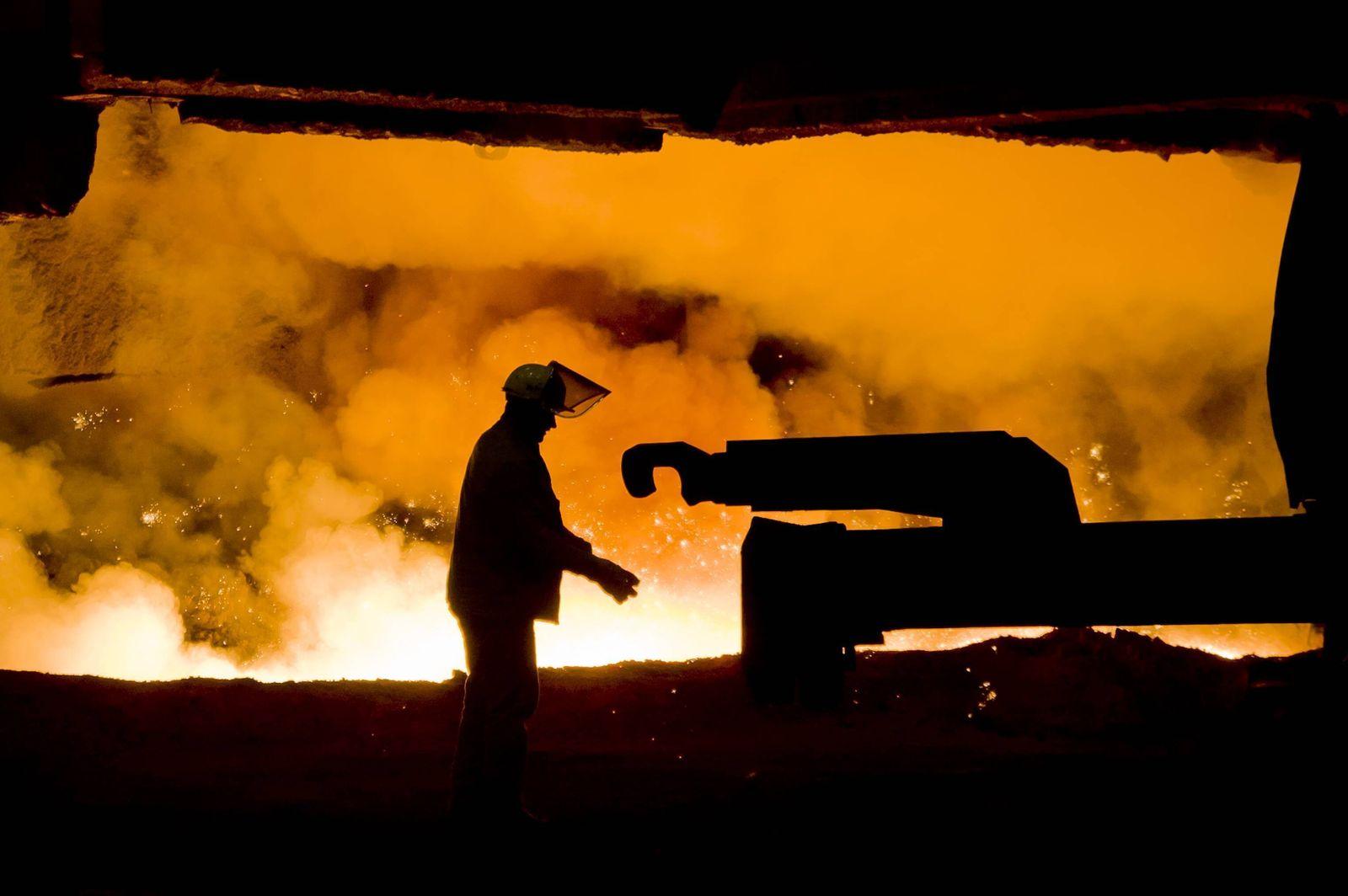 Arbeiter am Hochofen des Stahlwerk Thyssen Krupp in Duisburg