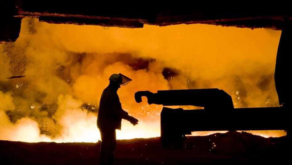 Verbrennt Geld: Der Industriekonzern Thyssenkrupp (im Bild ein Arbeiter am Hochofen des Stahlwerks in Duisburg)