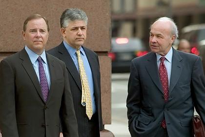 Vor der Urteilsverkündung: Ex-Enron-Chef Jeff Skilling (l.),Anwalt Daniel Petrocelli (M.) und Enron-Gründer Ken Lay (r.)