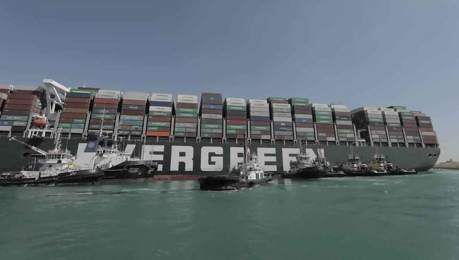 """Riese aus Stahl: Das 400 Meter lange Containerschiff """"Ever Given"""" bewegt sich wieder"""