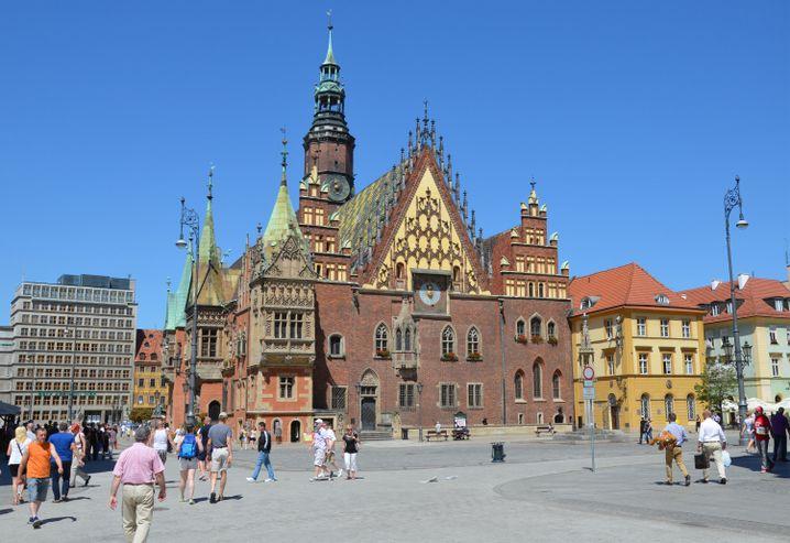 Rund um das Rathaus auf dem Marktplatz von Breslau ist immer viel Betrieb - es ist einer der schönsten Orte der polnischen Stadt.