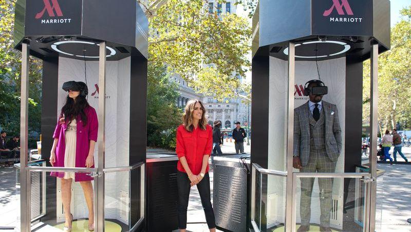 In einer Sekunde in die Flitterwochen: In New York testen Frischvermählte Marriotts Teleporter-Box - Model Louise Roe (Mitte) hat sie eingeladen