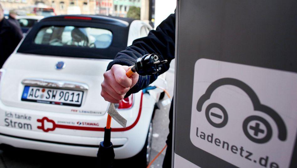 Elektroauto an eine Ladestation in Aachen: Eine Million Elektroautos sollen eigentlich bis zum Jahr 2020 durchs Land rollen