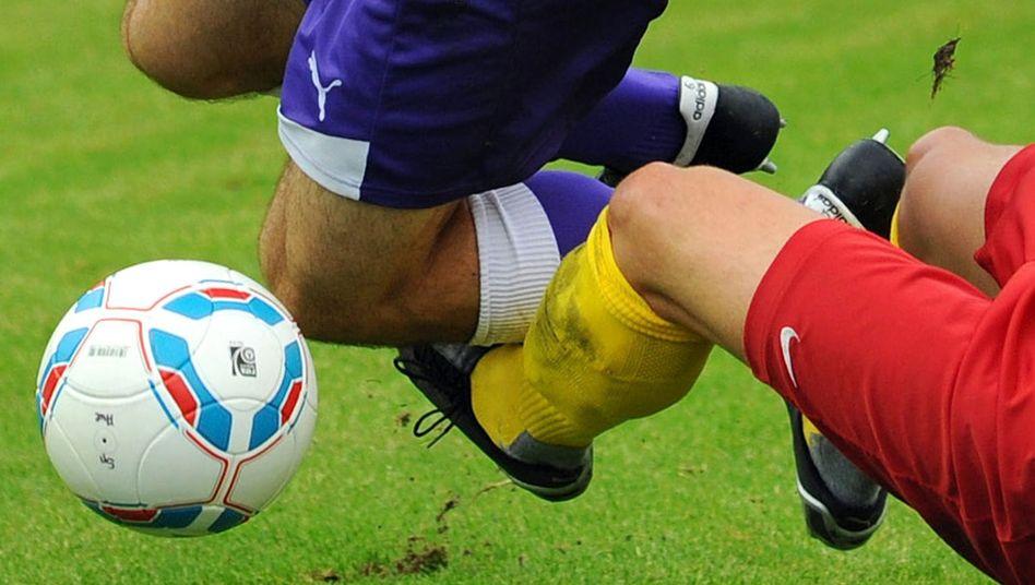 Nike (rot) gegen Puma (violett) gegen Adidas (Ball) - die Bundesliga als Schlachtfeld im Kampf der Sportkonzerne