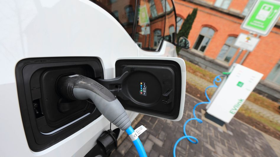 Energie durchs Kabel: Elektroautos verkaufen sich nach wie vor mau - das will der Bund ändern.