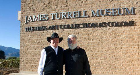 Der Winzer und sein Künstler:Donald Hess und James Turrell vor dem James Turrell Museum in Colomé