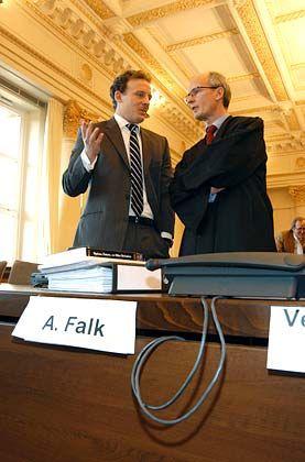 Lagebesprechung: Alexander Falk und sein Verteidiger Thomas Bliwier