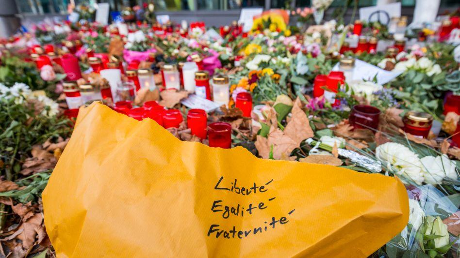 Ein Blumenstrauß für die Opfer von Paris: Nach welchen Regeln wir und andere leben wollen, entscheiden nicht wir alleine. Gelegentlich entscheiden das auch die anderen, und wir müssen mit den Konsequenzen leben
