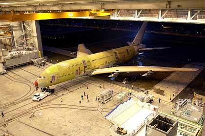 Raus aus der Endmontage: Im Morgengrauen wird ein Airbus A380 rückwärts aus der Montagehalle im französischen Toulouse gerollt