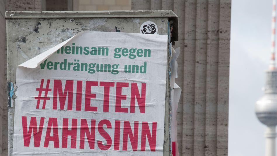 Plakat-Aufruf zu einer Demonstration gegen steigende Mieten in Berlin